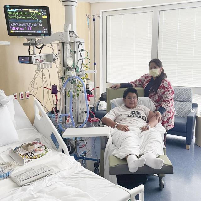 Esta foto de 2021 proporcionada por Children's Health muestra a Francisco Rosales, de 9 años, y a su madre, Yessica González, en la unidad de cuidados intensivos del Children's Medical Center en Dallas, Texas. El día antes de que se suponía que comenzaría el cuarto grado, Francisco fue admitido en el hospital debido a la grave COVID-19, luchando por respirar, con niveles de oxígeno peligrosamente bajos y un resultado incierto. (Adriana Lantzy/Children's Health via AP)