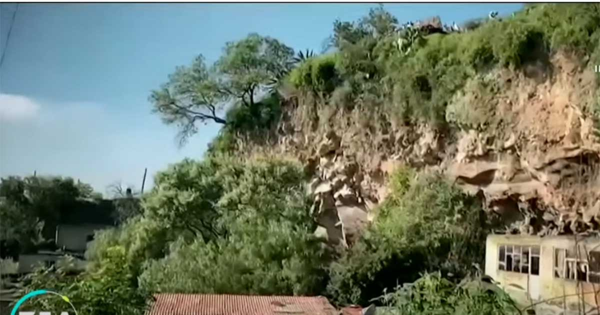 Habitantes de Toluca viven en riesgo de derrumbe de cerro
