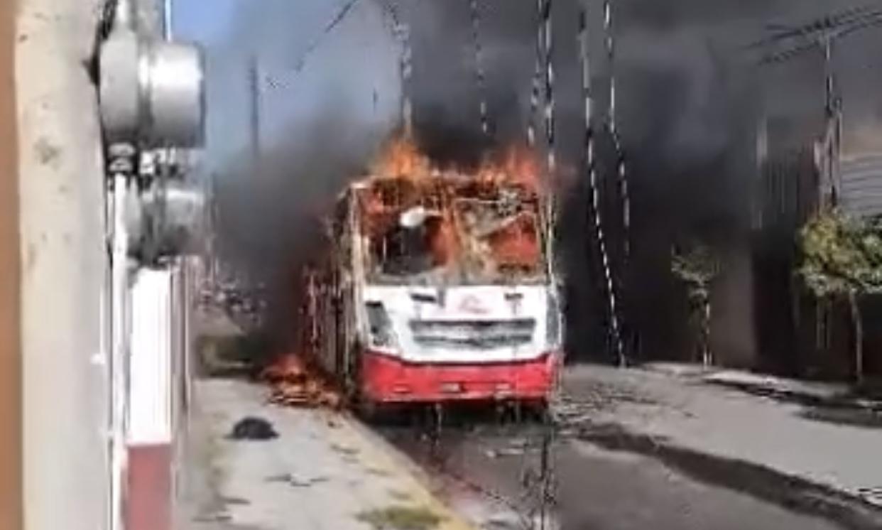 VIDEO: Se incendia camión de pasajeros en Capultitlán