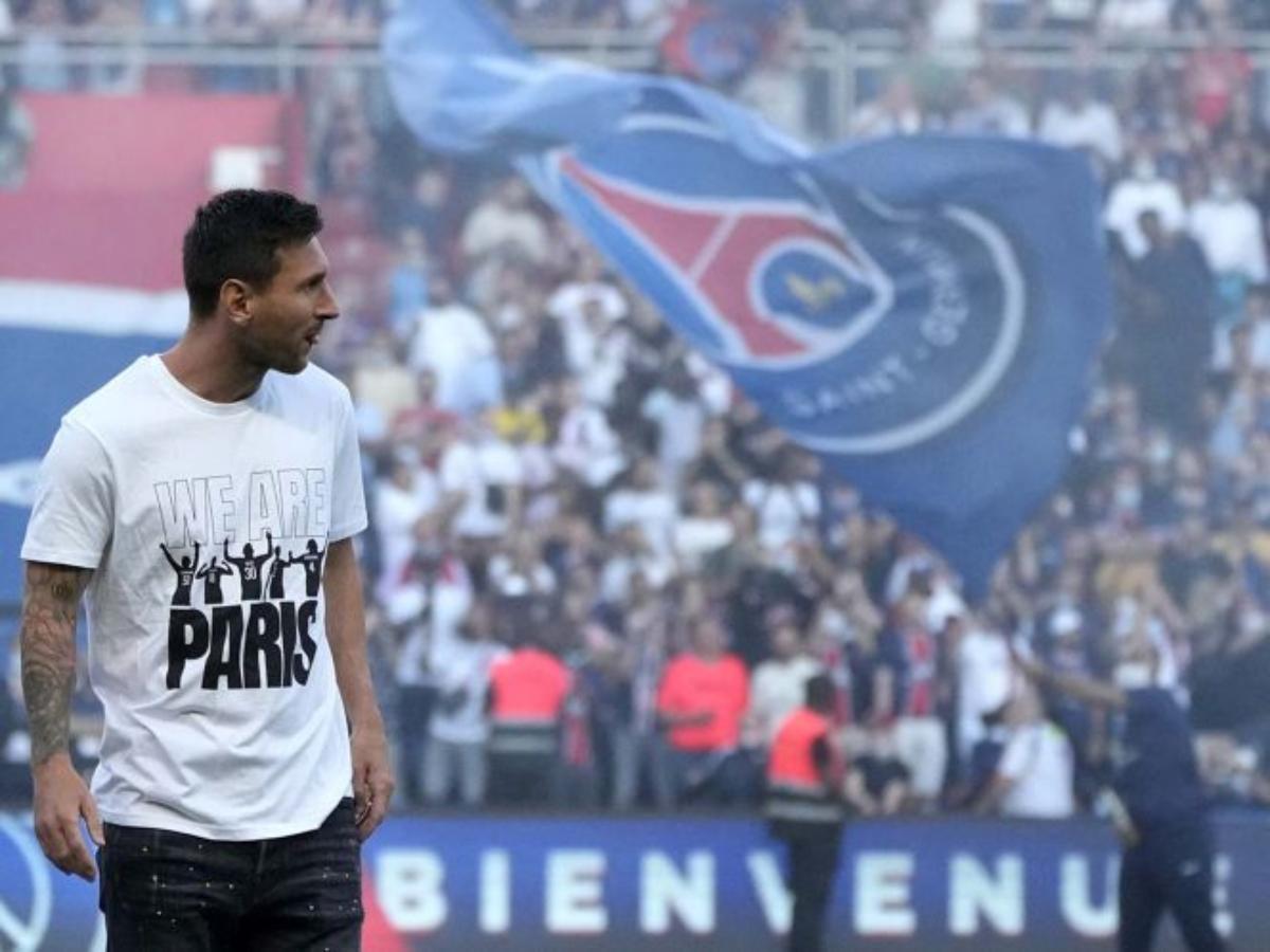 Paris recibe a Messi como un rey mientras que Mbappé es abucheado