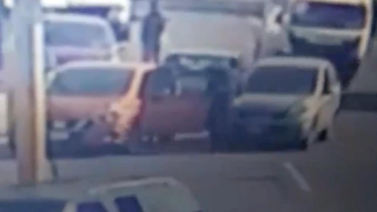 #VIDEO Ladrón intenta asaltar a conductores en gasolinera y termina golpeado y atropellado en Ecatepec
