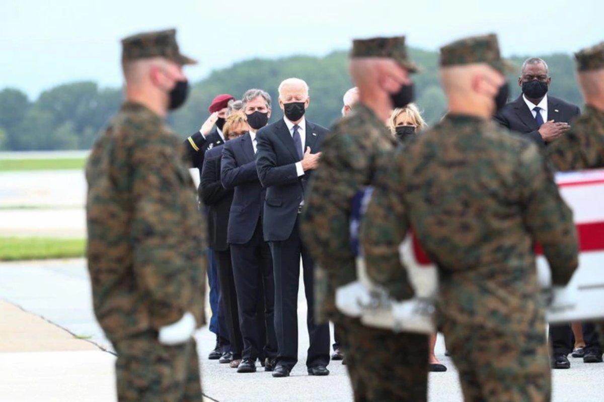 Rinde Joe Biden homenaje a los soldados caídos en Kabul; se reunió en privado con sus familias