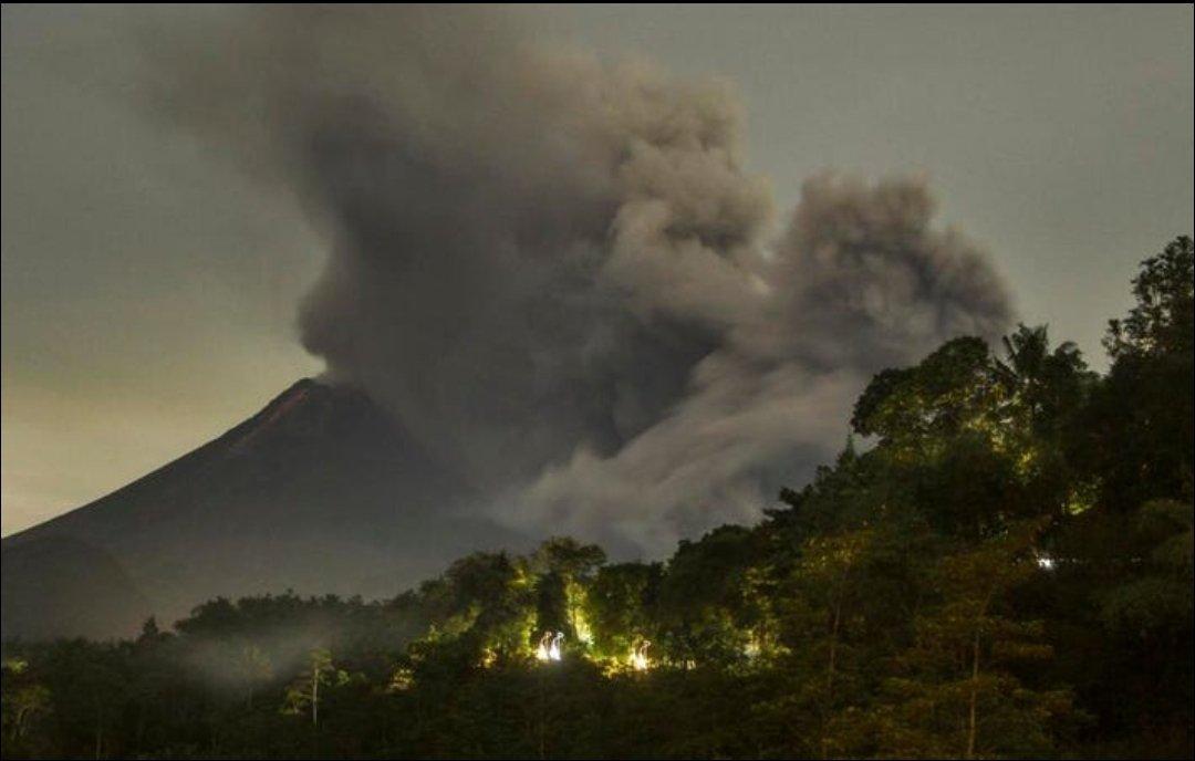 Volcán Merapi en Indonesia hace erupción encendiendo las alarmas de emergencia