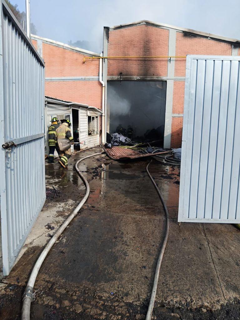 Sofocan equipos de emergencias incendio en fábrica de colchones en Tlalnepantla