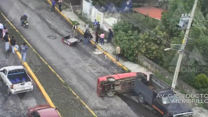 Cámaras del C5 captan momento en que auto choca contra contra camellón en Naucalpan