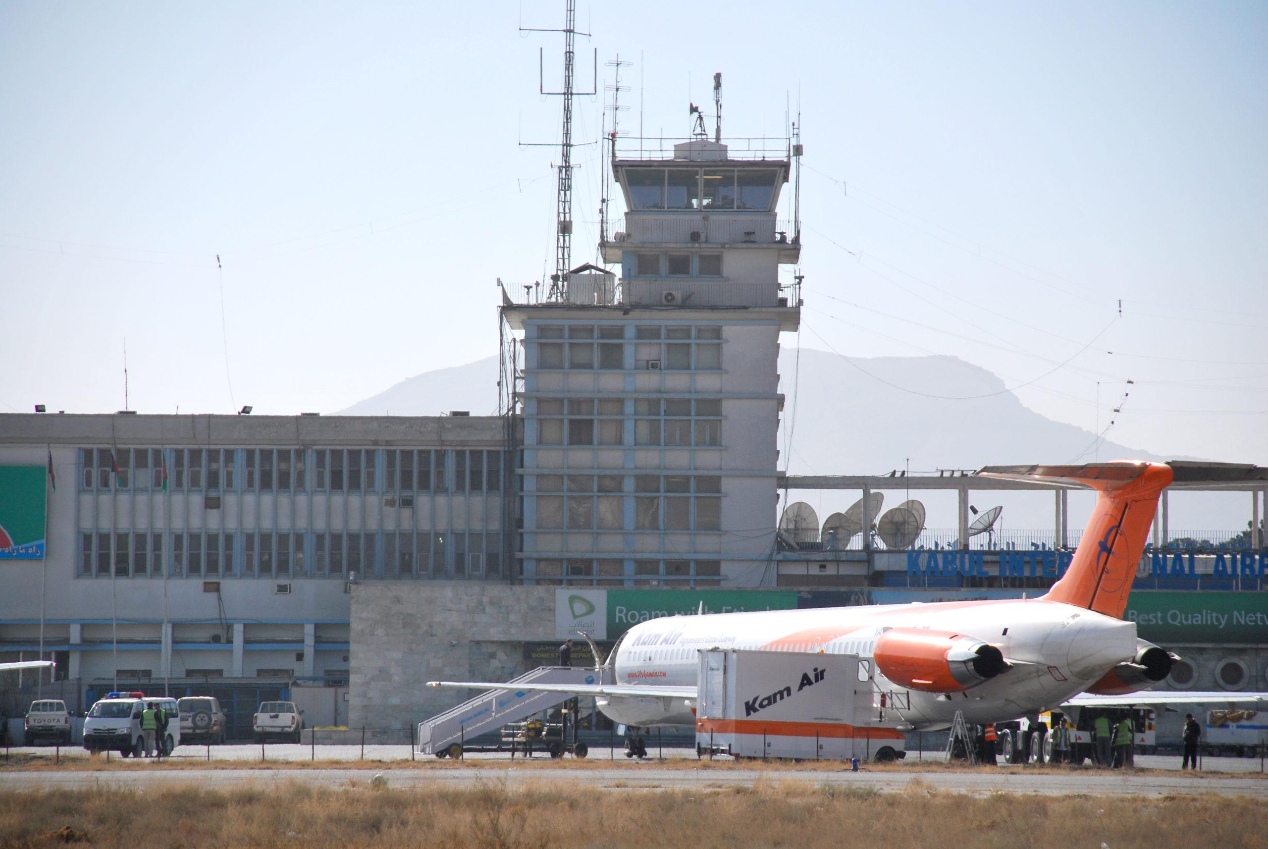 #VIDEO Colapsa aeropuerto de Kabul luego de que miles de personas intentaran salir