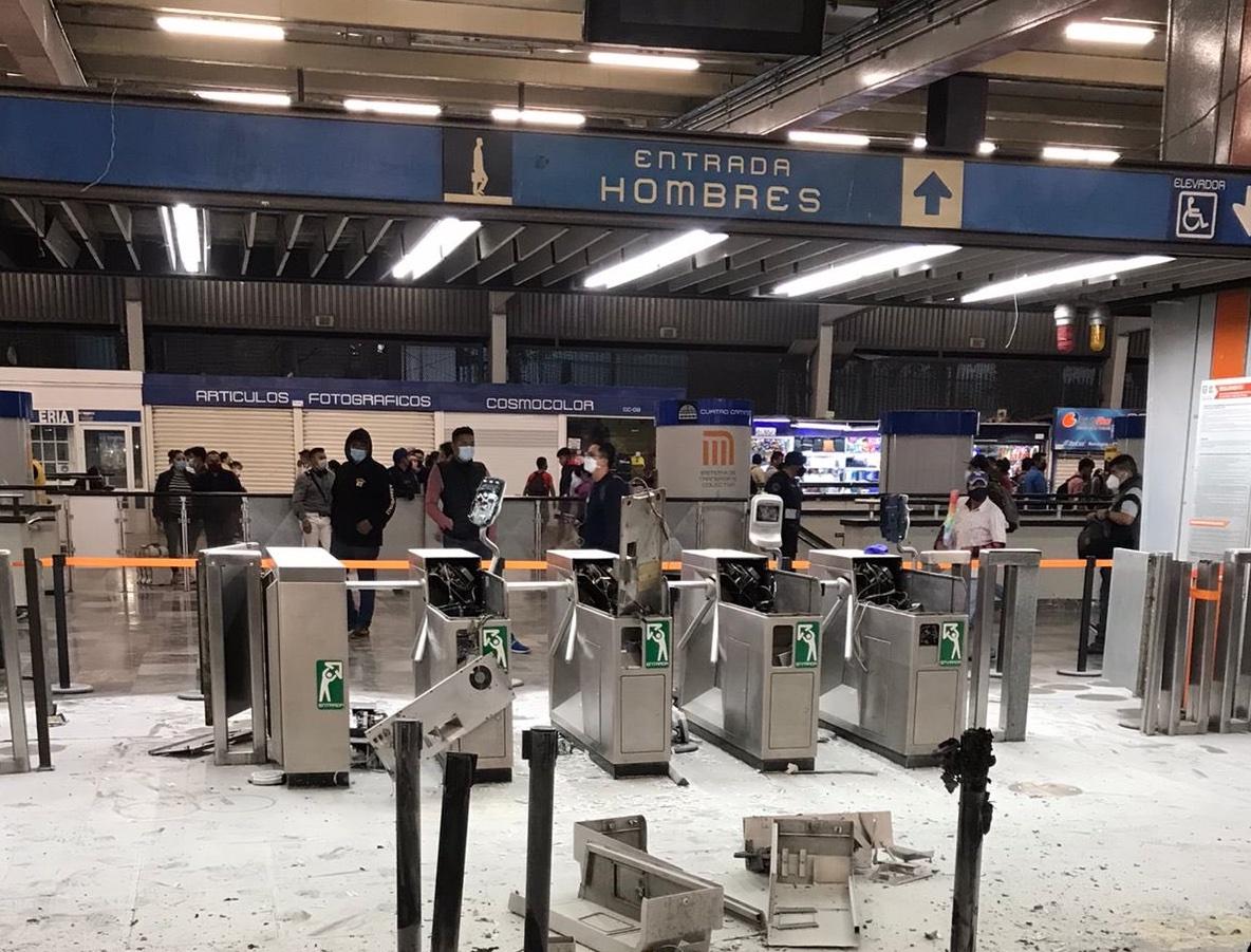 #Video Colectivos feministas queman y destruyen torniquetes en estación del metro