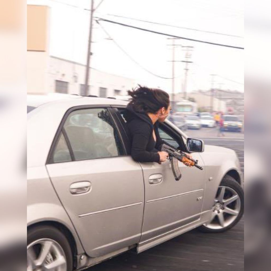 Mujer es captada portando un AK-74 a plena luz del día