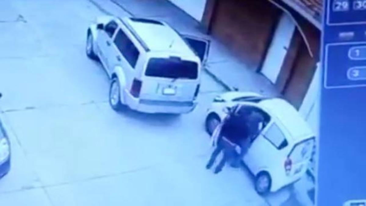#VIDEO Cámaras de videovigilancia captan asalto a automóvil en Toluca