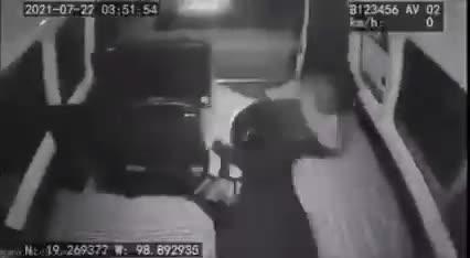 #Video rateros salen volando de una combi en Chalco