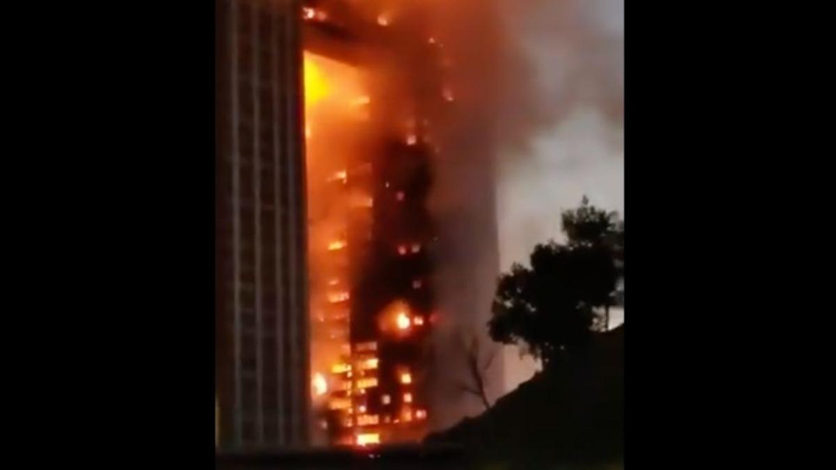 #VIDEO Consume incendio rascacielos en la ciudad china  de Dalian