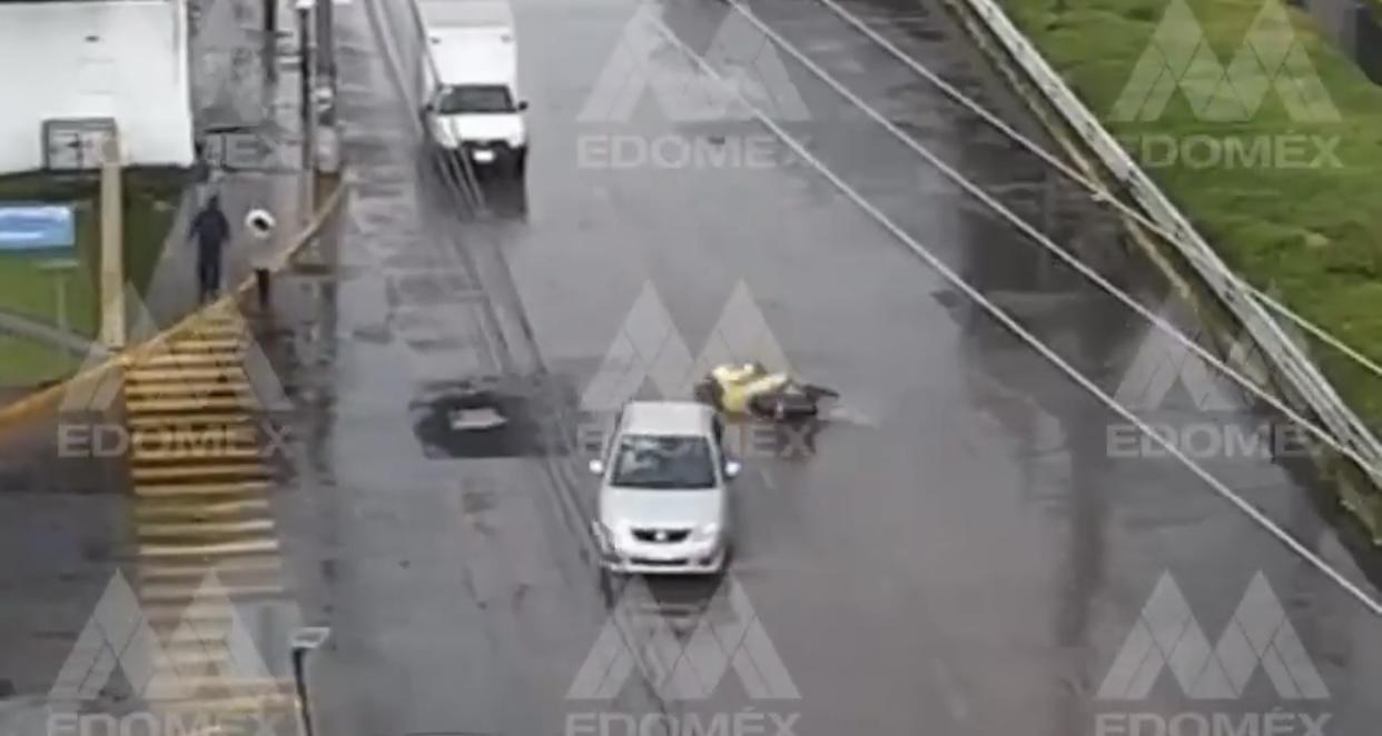 #VIDEO Motociclista pierde el control y se derrapa en Tollocan