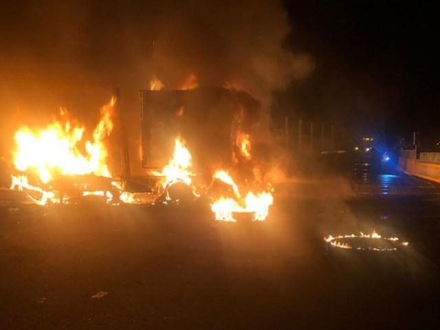 Un tráiler se incendia luego de volcar en la México-Cuernavaca