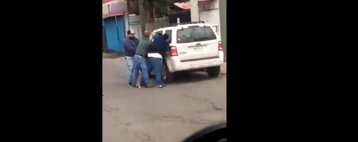 """#VIDEO Graban momento en que presuntamente sujetos """"levantan"""" a joven en Edomex"""