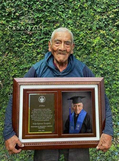 graduación a sus 84 años