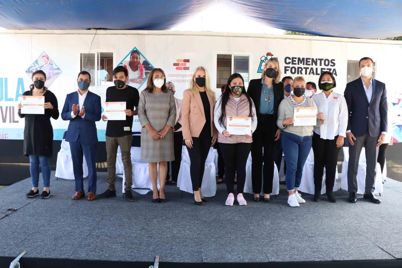 """Entrega Huixquilucan certificados a graduados del aula móvil """"construyendo y creciendo"""""""