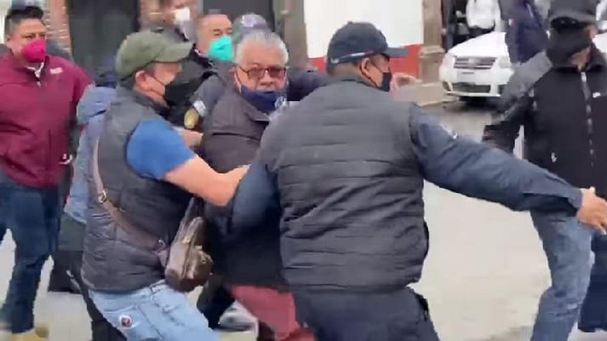 Comerciantes arrojan miel a presidente de Santiago Tianguistenco