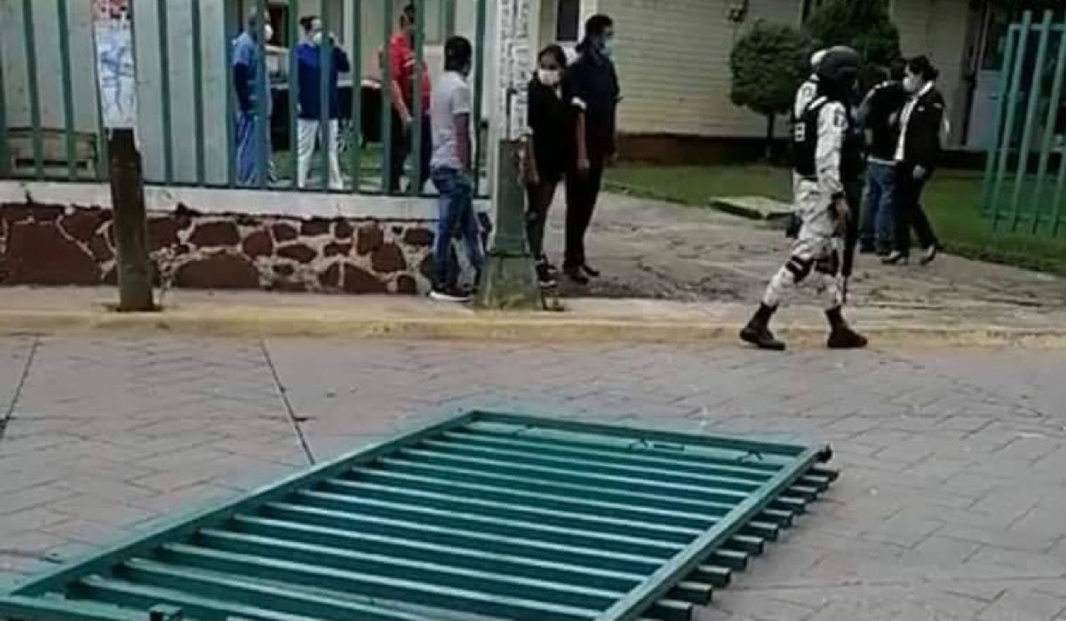 Paciente con Covid tira portón y huye de hospital de Valle de Bravo