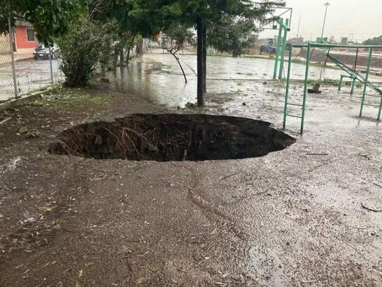 Habitantes en Ecatepec preocupados tras aparición de un socavón de 4 metros de diámetro