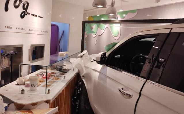 La conductora de una camioneta Ford Expedition blanca ocasionó un aparatoso accidente al perder el control de la unidad y meterse a una nevería ubicada sobre lacalzada Paseo de la Rosita, frente al Club de Industriales de La Laguna en Torreón.