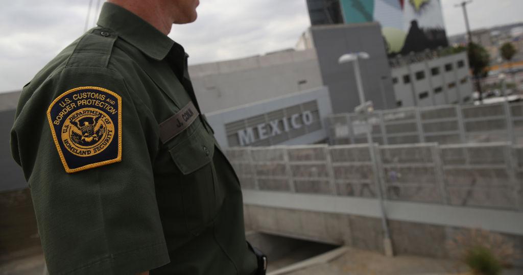 #VIDEO Captan momento en que un agente fronterizo somete a una mujer en Mexicali