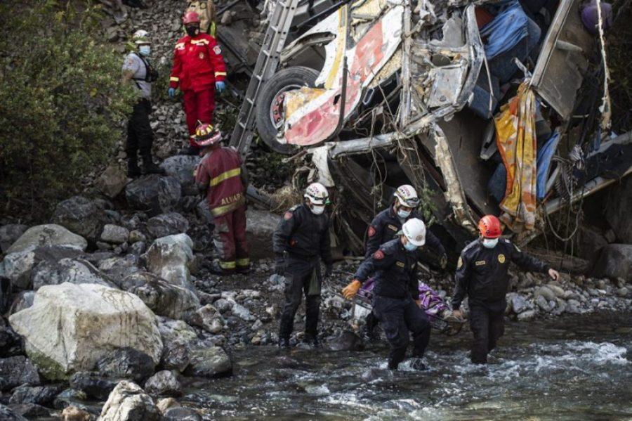 #VIDEO Cae autobús al precipicio, hay 26 muertos