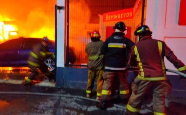 El reporte del cuerpo de bomberos de Tlalnepantla indicó que a la 1:40 de la madrugada del miércoles 8 de septiembre salieron varias unidades Hacia la calle Agustín Melgar, en la colonia Niños Héroes, donde se incendiaba el mercado de vehículos usados.