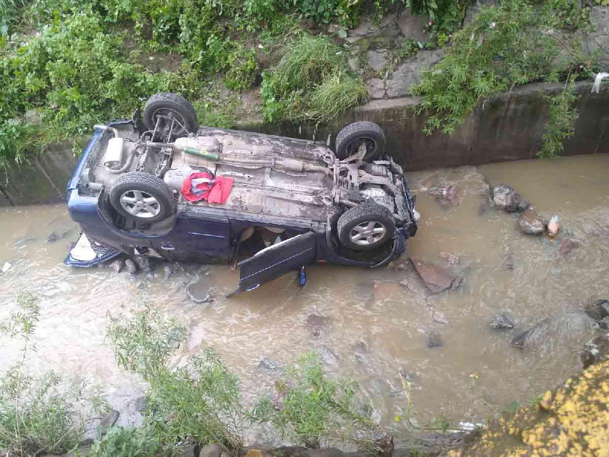 Camioneta cae al canal donde fue arrastrada Ana Karen en Tlalnepantla