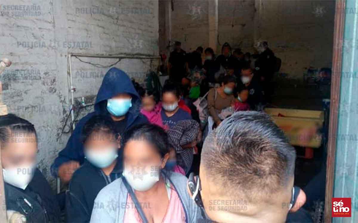 Encuentran a migrantes retenidos en una vieja fábrica en el EDOMEX