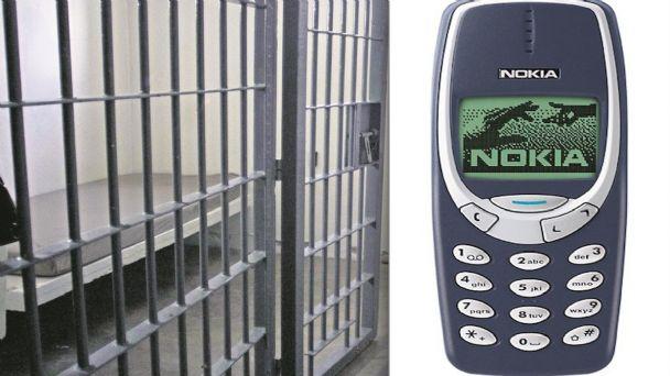 Equipo médico extrae un teléfono móvil del estómago de un preso en Kosovo