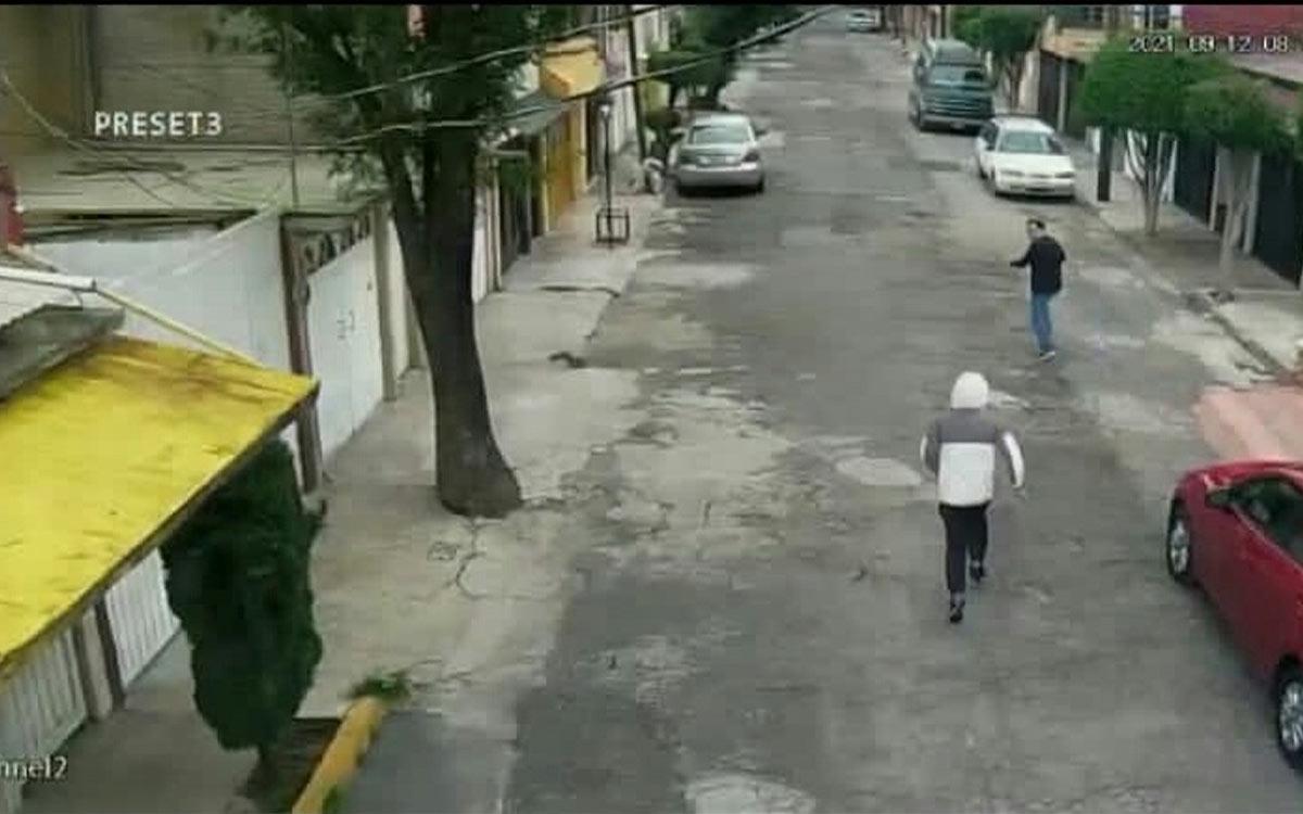 #Video hombre logró evitar ser despojado de su auto, tras correr para ponerse a salvo