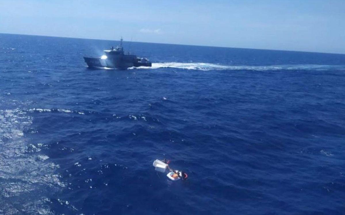 Rescatan a 2 niños en una balsa en el mar, sostenían a su madre fallecida
