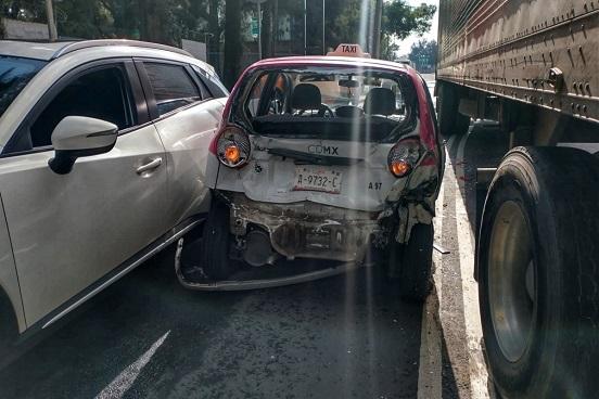 #VIDEO Tráiler huye y embiste a cinco autos más en Iztacalco, CDMX