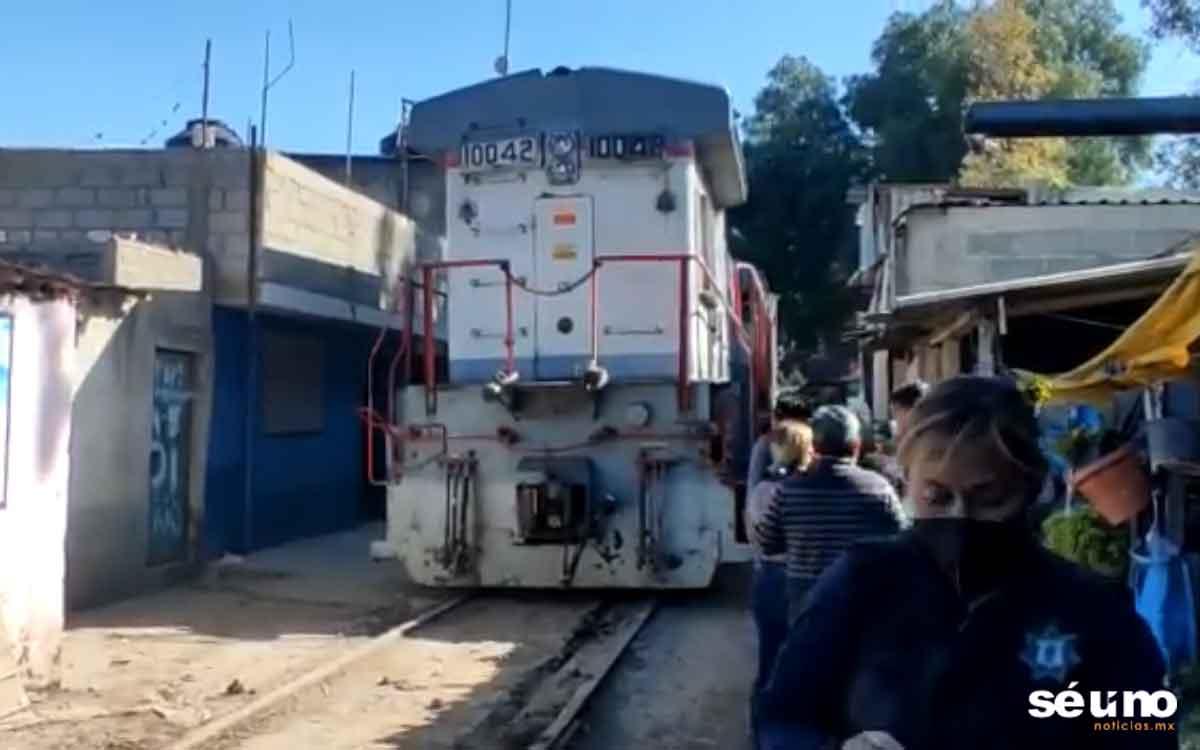 Tren en Edomex se descarrila y se lleva 8 casas #Videos