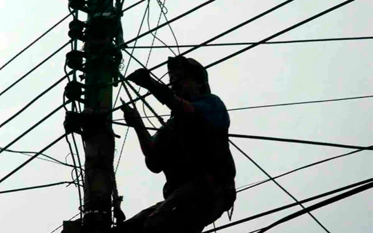 #Video hombre muere electrocutado al recibir una descarga en Coacalco