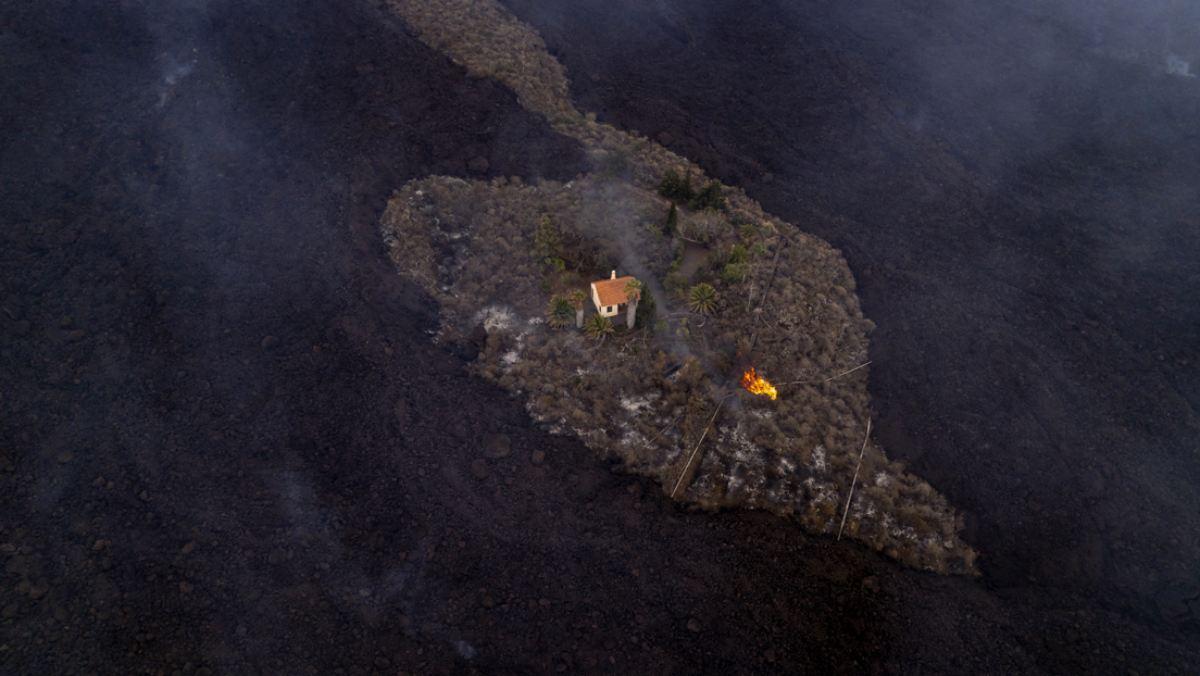 #VIDEO Casa se salva de ser tragada por la lava del volcán de La Palma