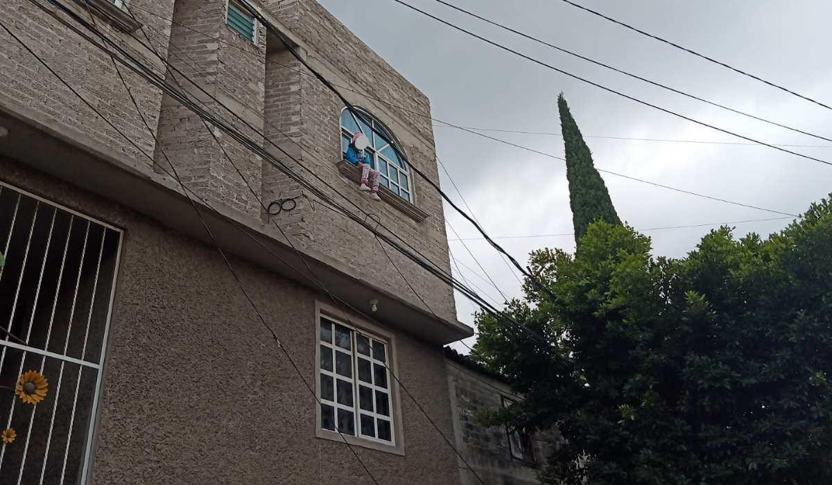 Policías de Neza salvan a una niña de caer de un segundo piso