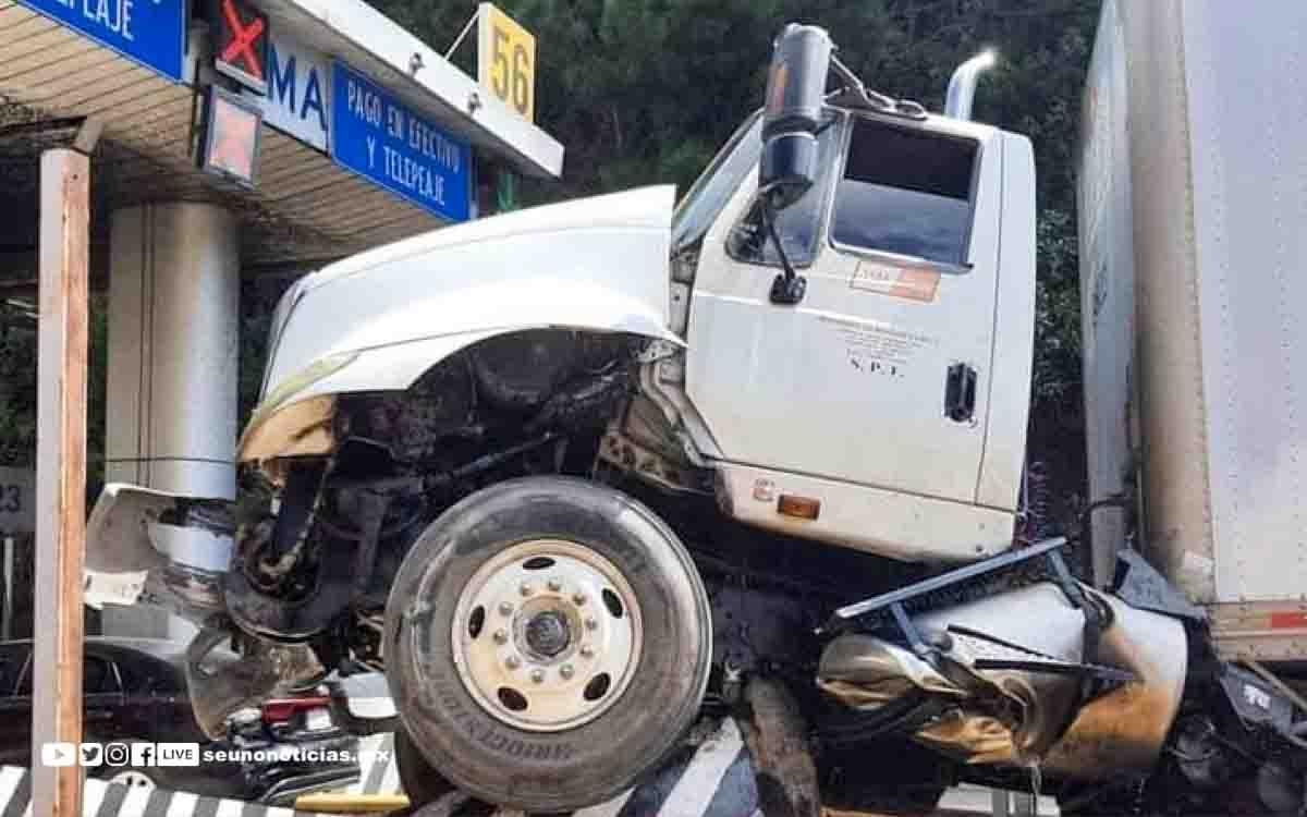 Un trailer sin frenos choco contra la caseta La Venta en la México – Toluca