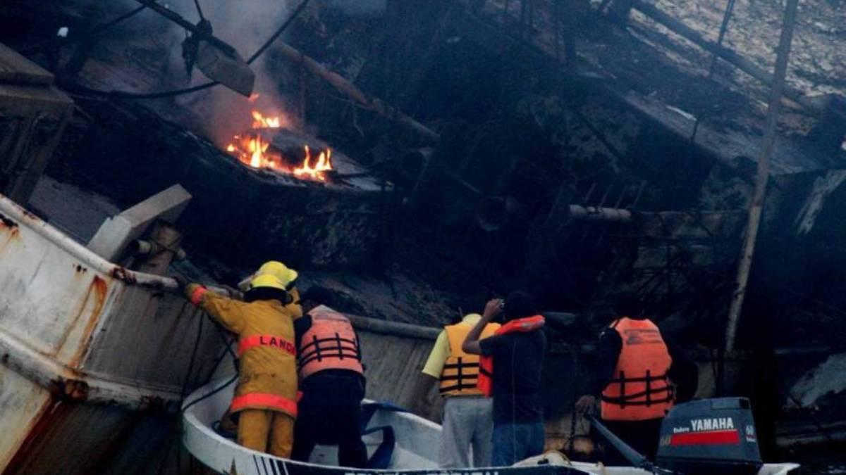 #VIDEO Rescata Marina a 10 personas tras incendio en yate de Isla Mujeres