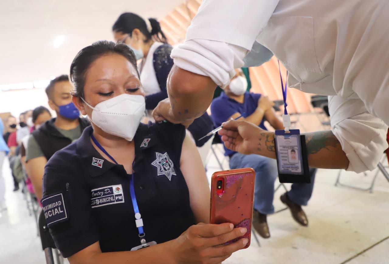 Ecatepec aplica segunda dosis de vacuna AztraZeneca a treintañeros