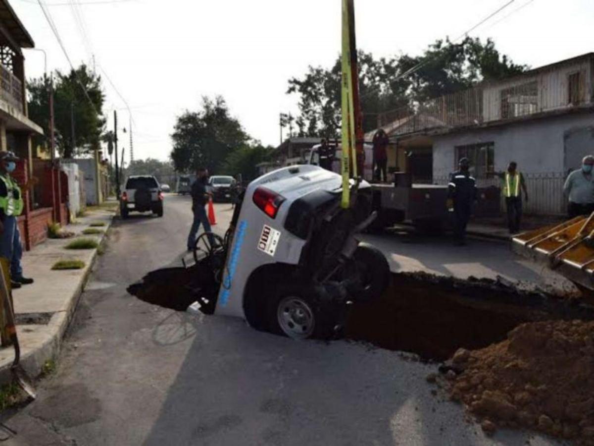 Socavón se traga patrulla de Protección Civil en Nuevo Laredo