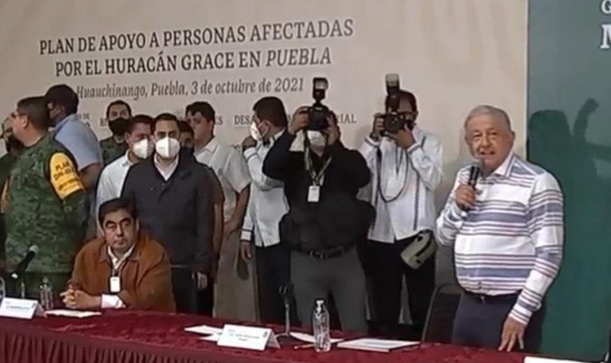 Afectados por Grace irrumpen en evento de AMLO en Puebla (videos)