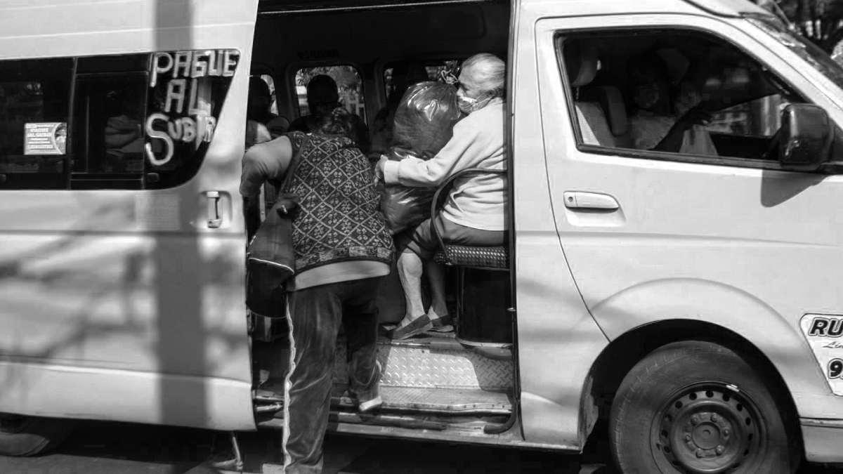 #VIDEO Pasajeros de combi golpean a presuntos asaltantes en Edomex