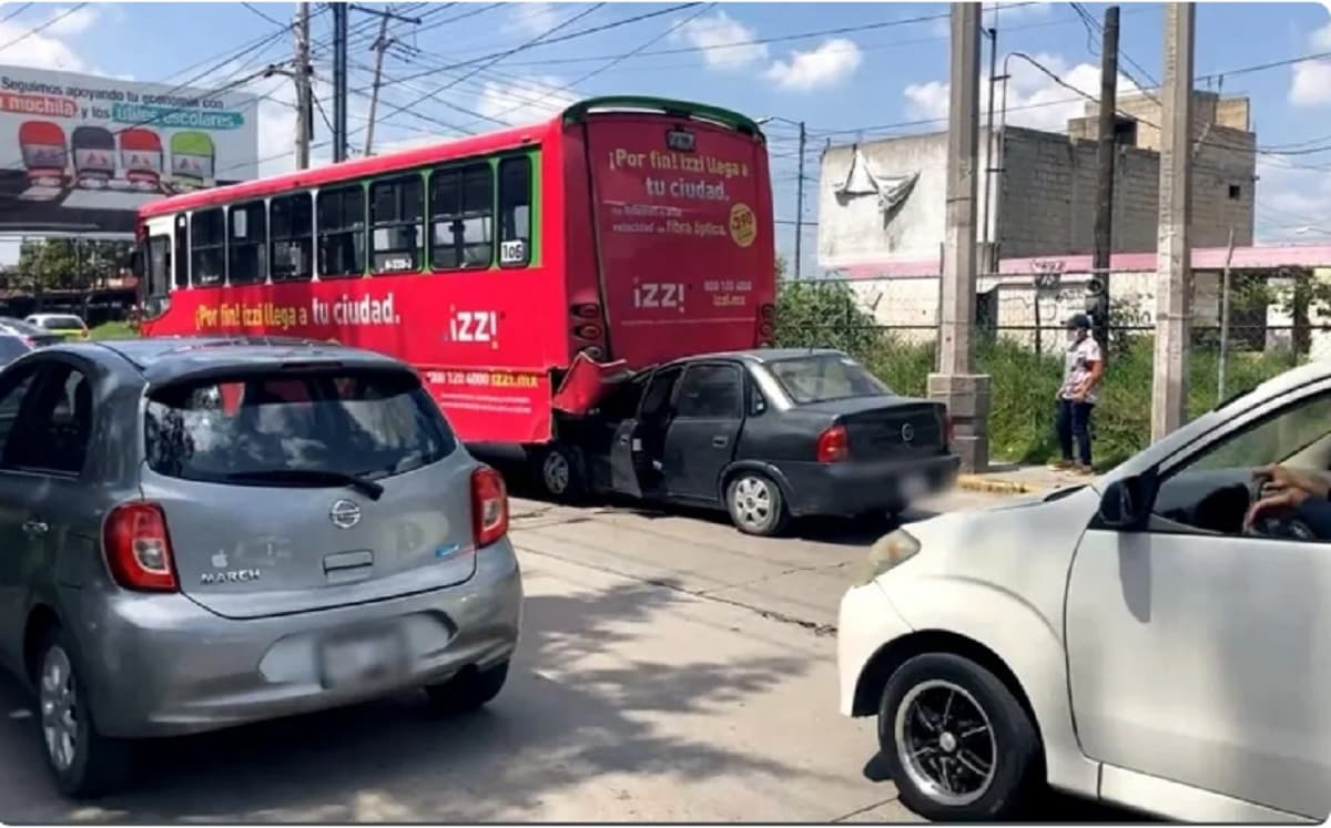 ¡Sábado Accidentado! Carro se estampa con camión en Paseo Tollocan