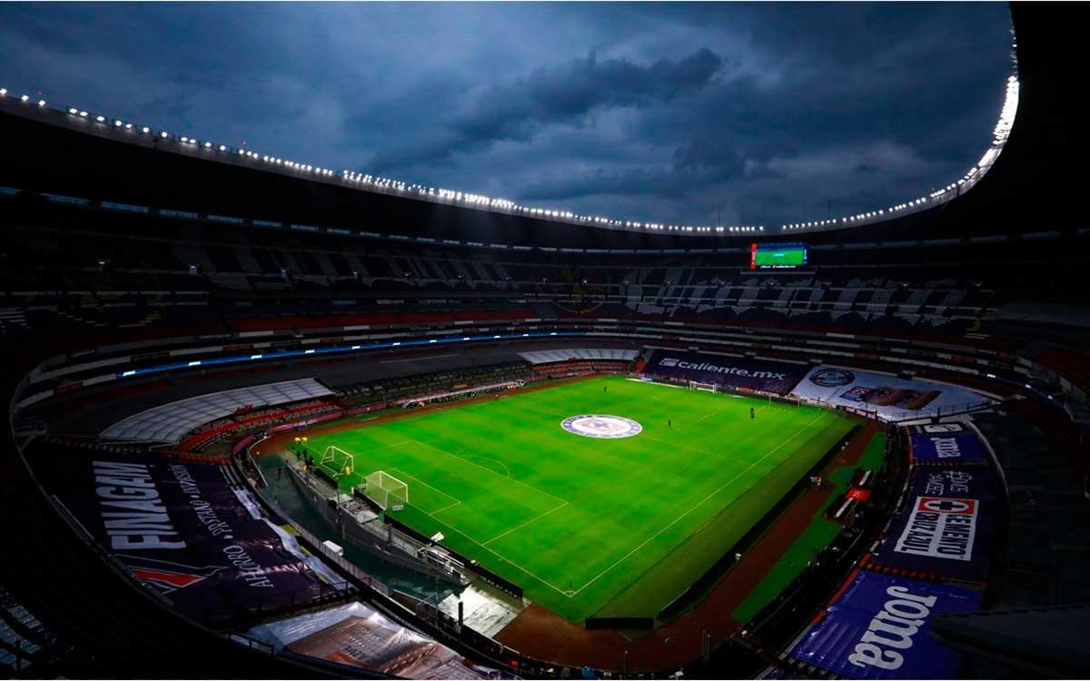 Vetan el Estadio Azteca por espontáneo que invadió el campo