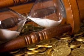 administración del tiempo, reloj de arena, moneda, ahorro, gestion