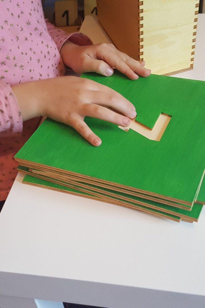 Faire des jeux éducatifs avec les chiffres rugueux Montessori. #apprendreavecmontessori #montessori