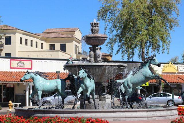 Скоттсдейл. Фонтан с лошадьми