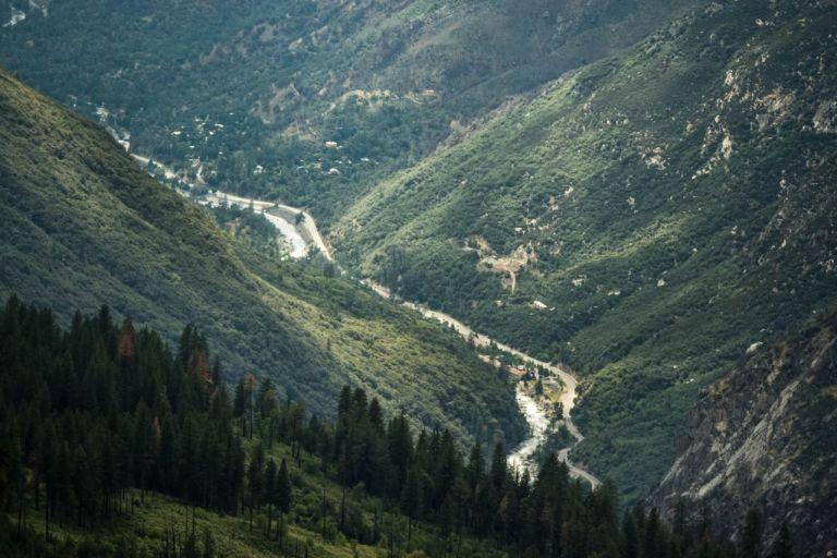 Йосемити парк. Река Мерсед и дорога среди гор