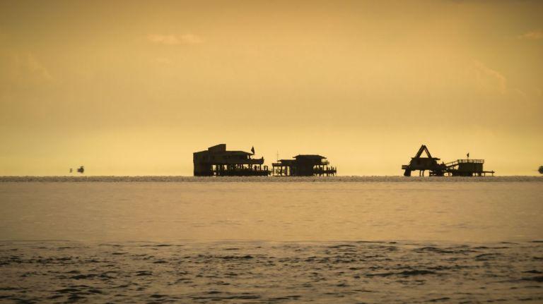 Майами. Закат на Ки Бискейн. Нефтяные платформы в Атлантике